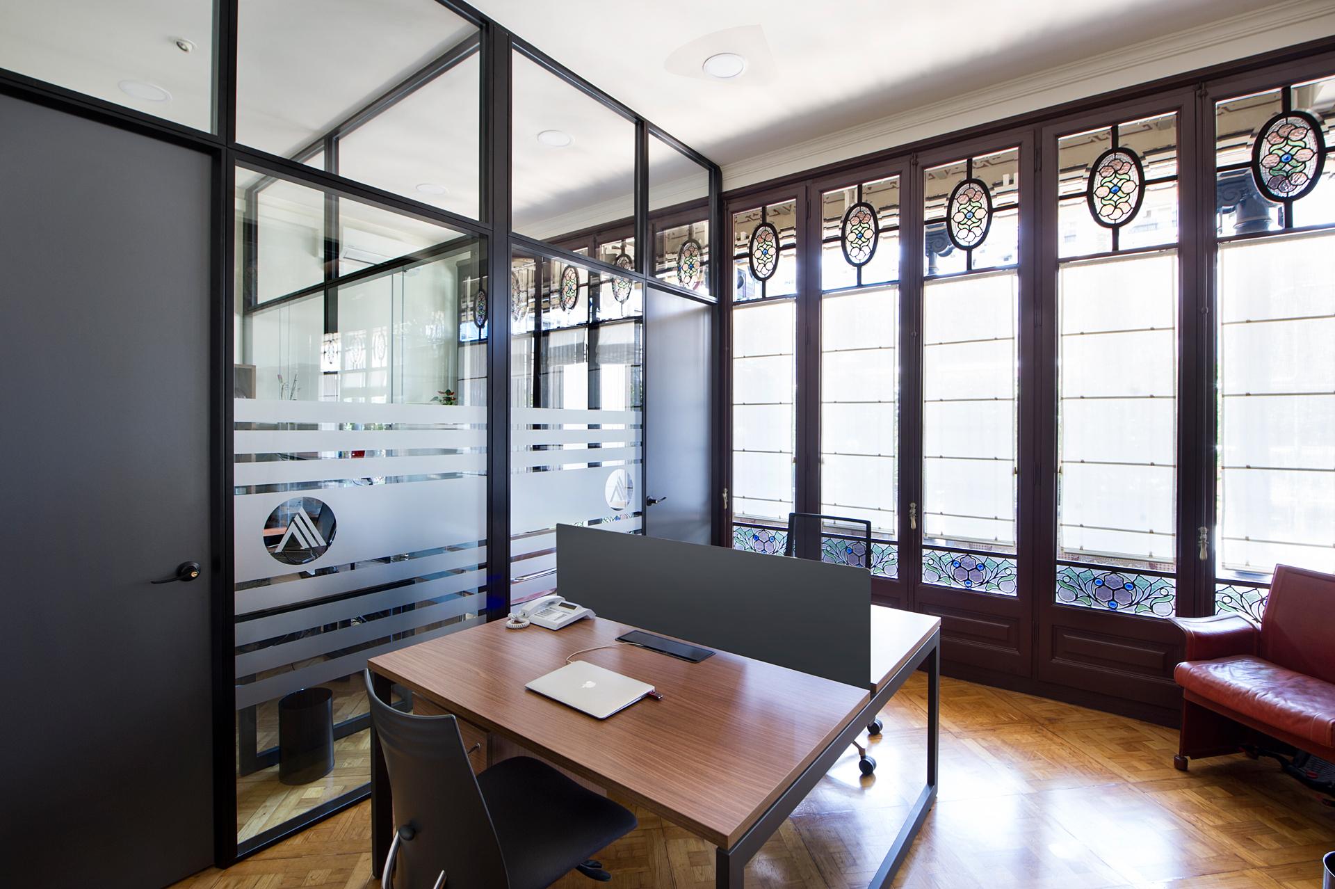 Mamparas oficina entorno modernista